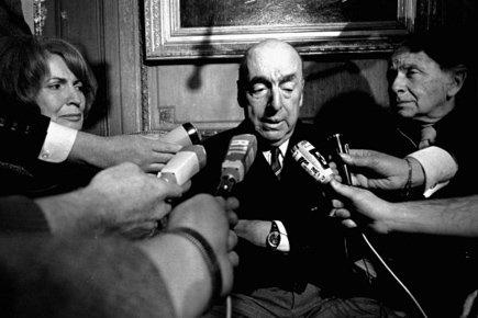 Pablo Neruda s'entretient avec des journalistes à Paris,... (Archives AP)