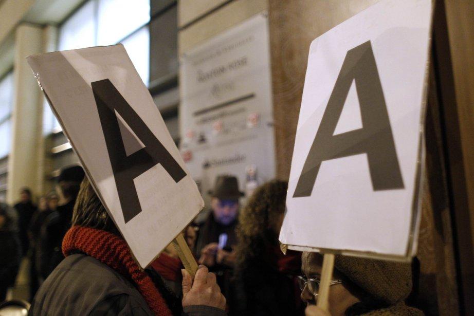 Des Français ont démontré leur mécontentement devant les... (Photo Reuters)