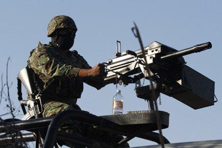 Les policiers mexicains se couvrent le visage, par... (Photo: Reuters)