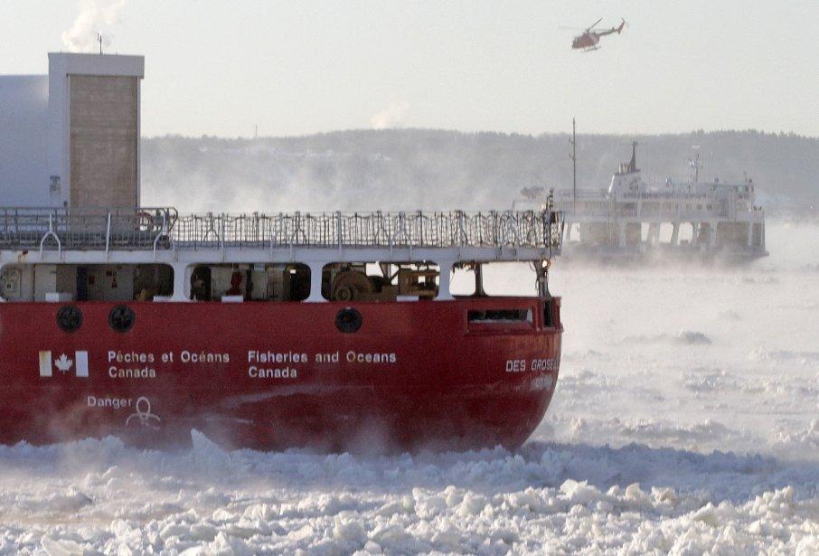 Traversier prisonnier des glaces entre Québec et Lévis