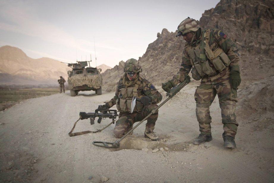 Deux démineurs de l'armée française inspectent une route... (Photo: Joel Saget, Archives AFP)