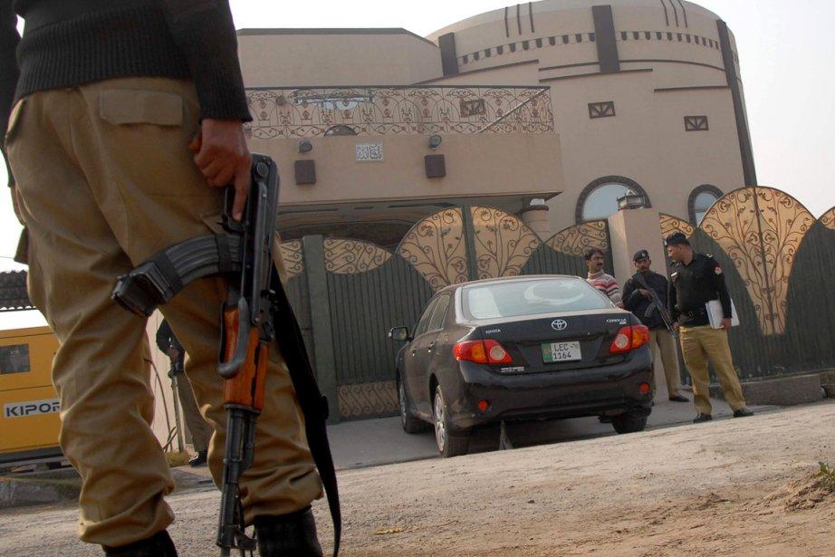 Au moins trois hommes armés ont fait irruption... (Photo: Khalid Tanveer, AP)
