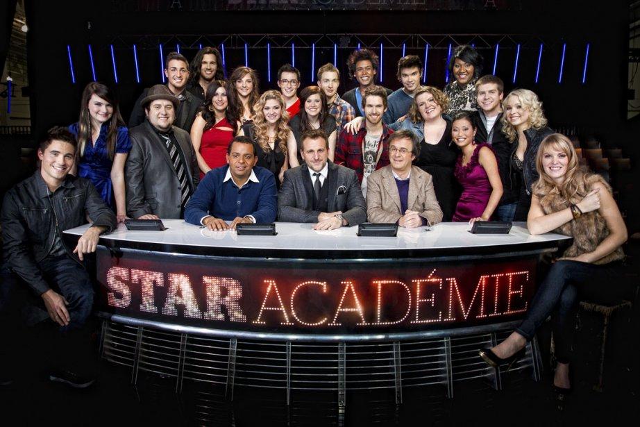 Les candidats de Star Académie entourent leurs professeurs... (Photo fournie par les productions J)