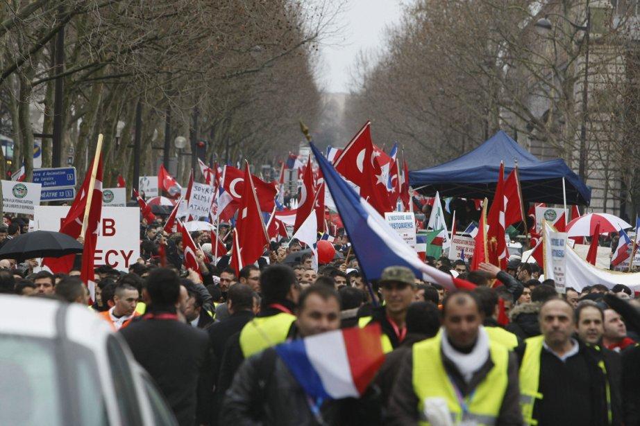 Des manifestants turcs ont défilé dans les rues... (Photo: AP)
