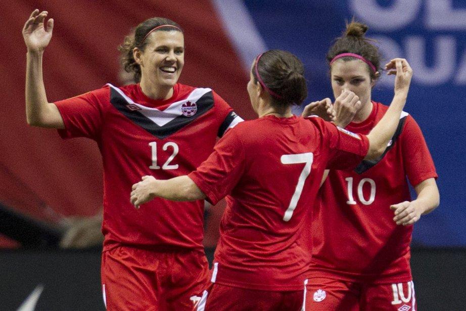Christine Sinclair (à gauche).... (Photo La Presse Canadienne)
