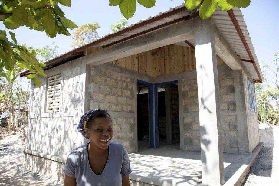 Marie-Louise Britus devant sa nouvelle maison, à Ti-Guinen.... (Photo: Étienne Côté-Paluck, collaboration spéciale)