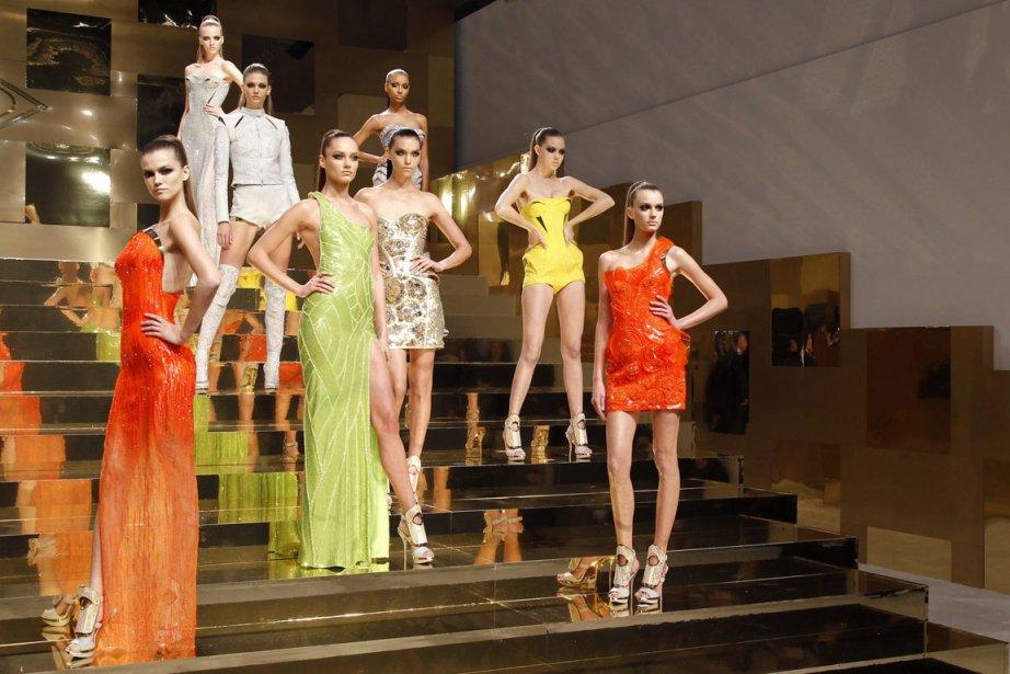 Versace a fait un retour spectaculaire lundi à Paris dans la sphère de  la...