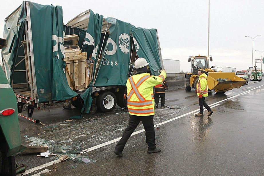 Un camion semi-remorque qui circulait en direction ouest... (Photo: Patrick Sanfaçon, La Presse)
