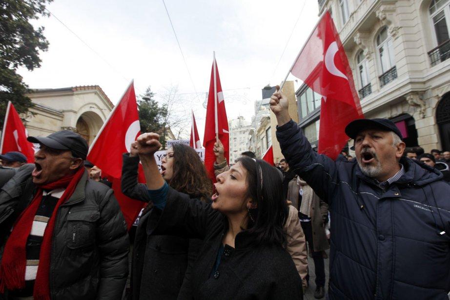 En Turquie, des manifestants se sont rassemblés devant... (Photo Reuters)