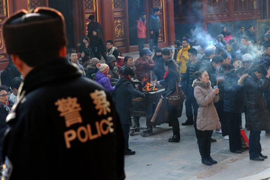 La police surveille un temple tibétain à Pékin.... (Photo AFP)
