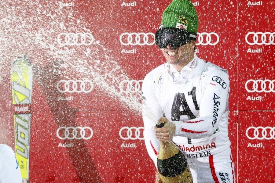 L'Autrichien Marcel Hirscher a sabré le champagne sur... (Photo: Reuters)