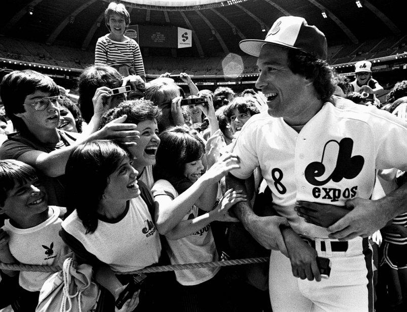 Gary Carter, entouré de jeunes partisans, au Stade olympique, en 1983. (Bernard Brault, La Presse)