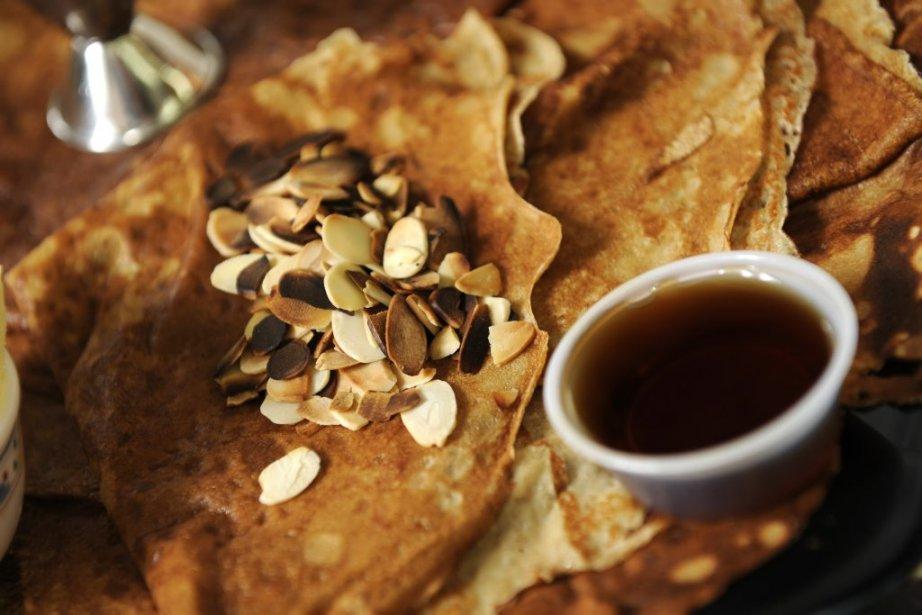 Amandes et sirop d'érable pour confectionner une crêpe sucrée.... | 2012-01-25 00:00:00.000