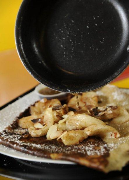Cuisson d'une crêpe sucrée. Avec pommes., sirop d'érable, cannelle et alcool. | 25 janvier 2012