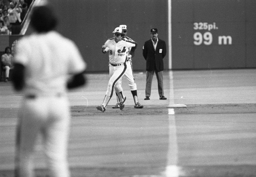 Gary Carter contourne les sentiers après avoir claqué un circuit, en 1981. (Denis Courville, La Presse)