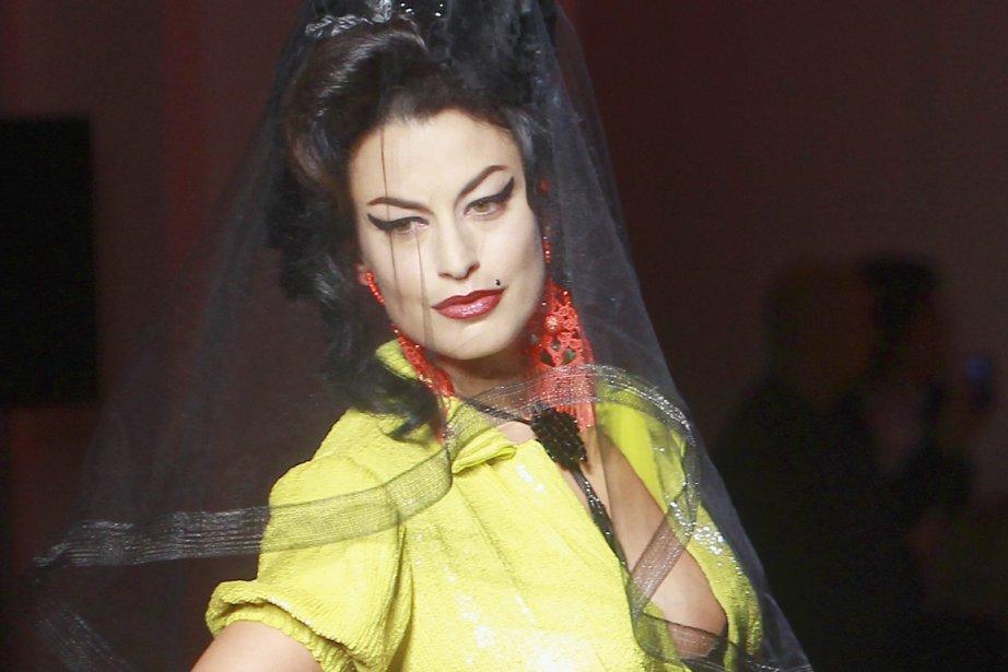 Amy Winehouse. Le premier mannequin du défilé Gaultier crée la surprise. Avec...