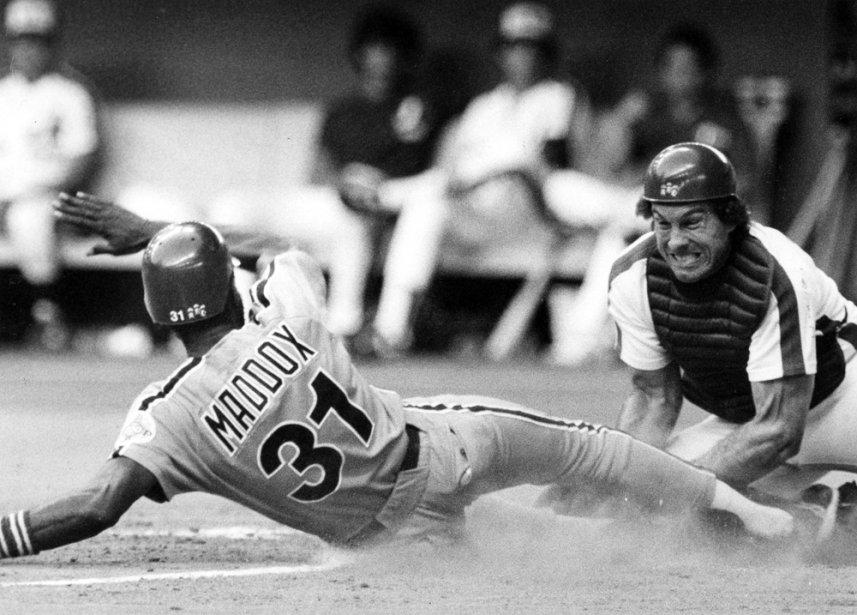 Gary Carter bloque le marbre devant Gary Maddox, des Phillies de Philadelphie, en 1983. (Diane Cassivi, La Presse)