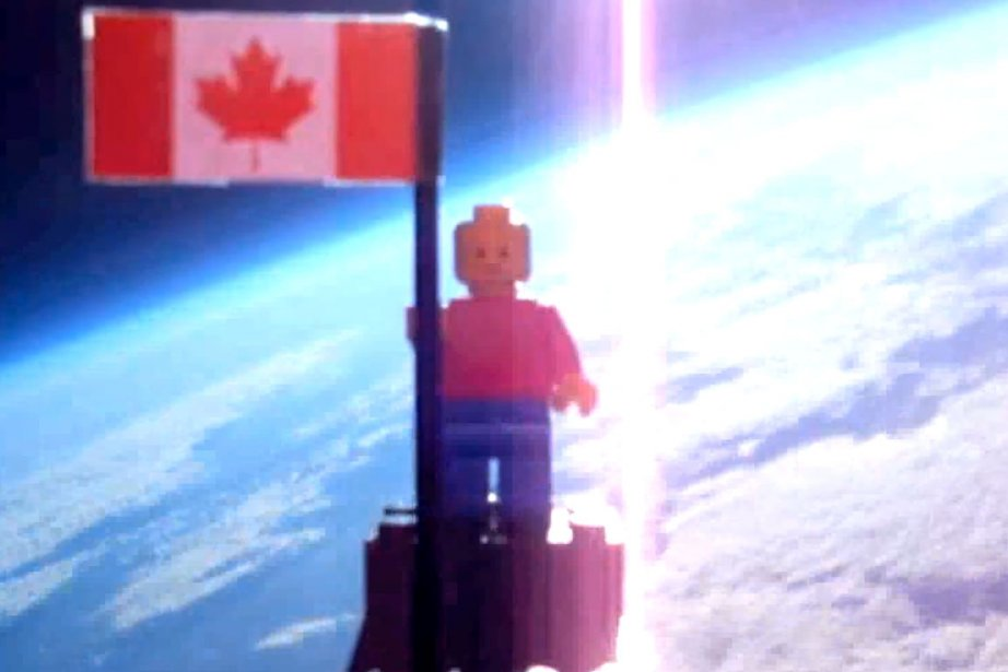 Deux adolescents de Toronto ont envoyé une figurine... (Image tirée de YouTube)