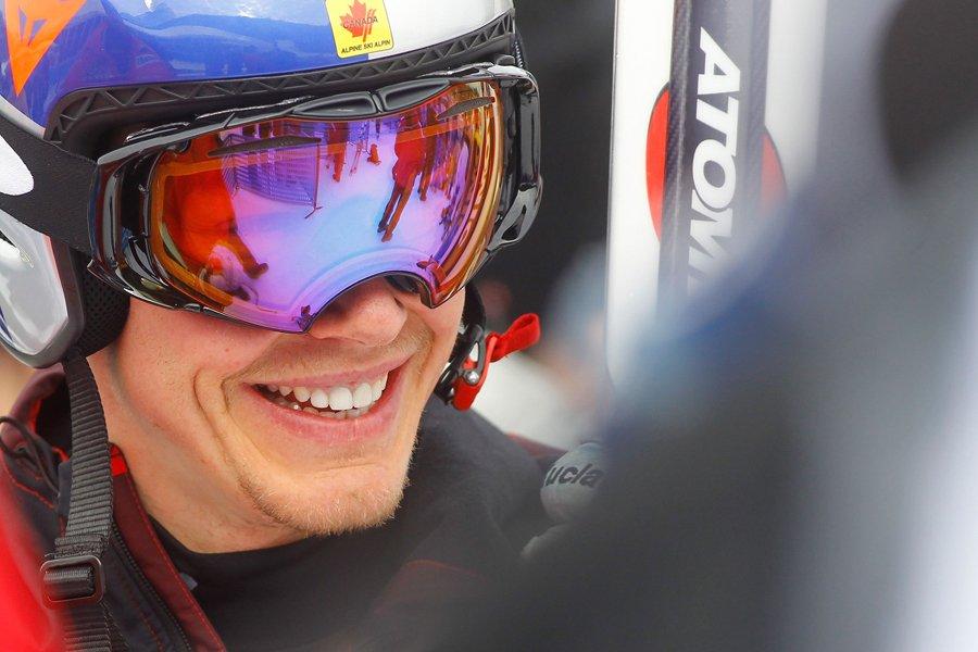 Erik Guay était tout sourire après sa descente,... (Photo: Reuters)