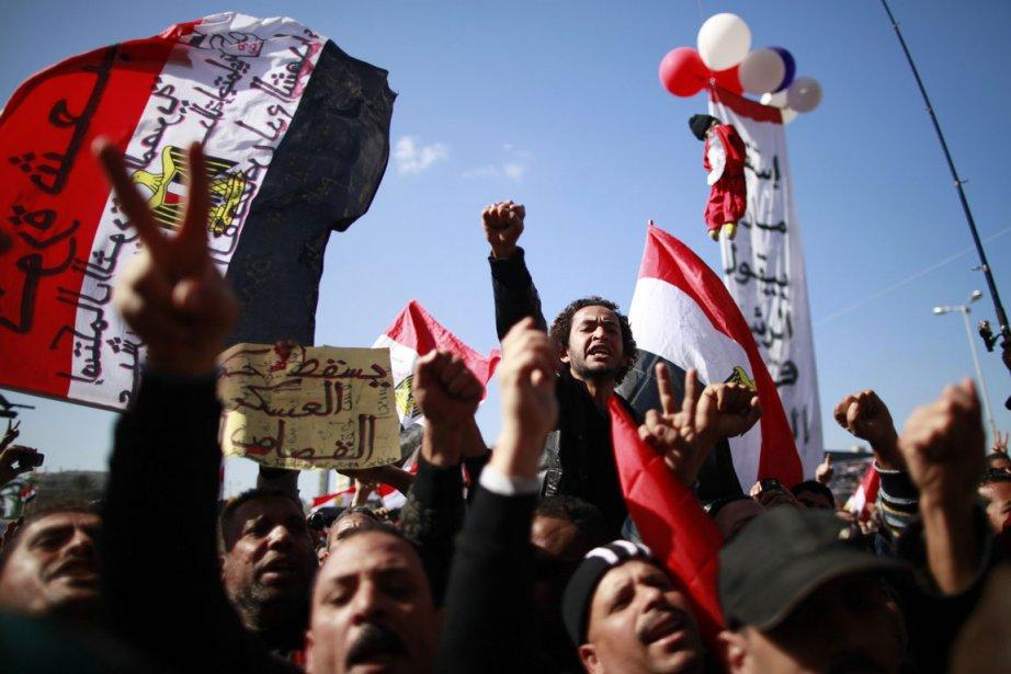 Des milliers d'Égyptiens convergeaient vendredi vers la place... (Photo Reuters)