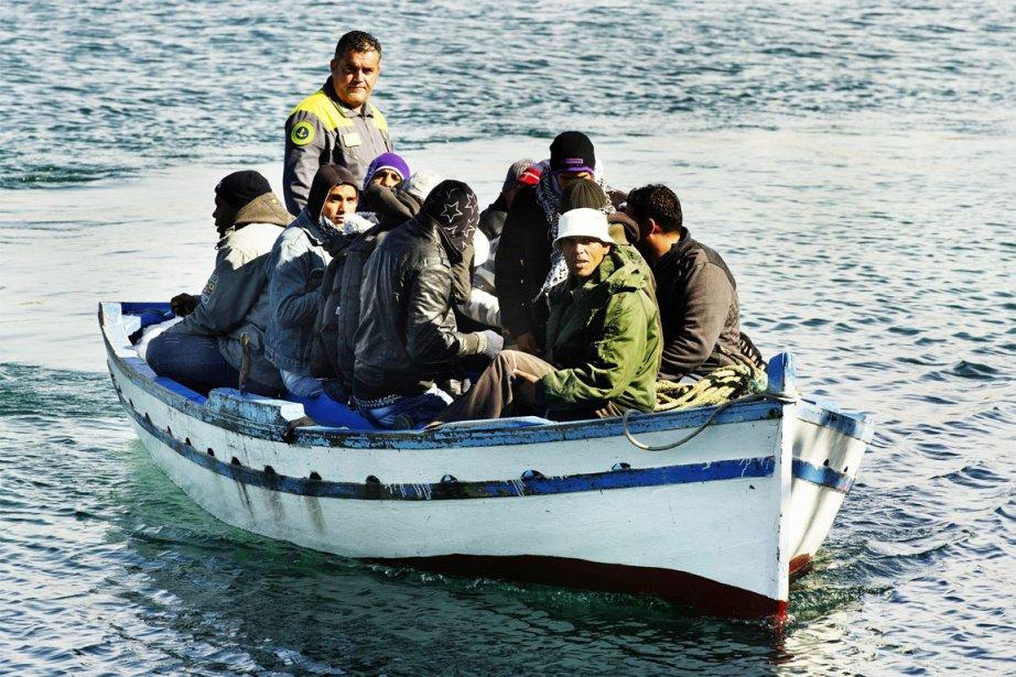 Un bateau de réfugiés entre dans le port... (Photo: Roberto Salomone, AFP)