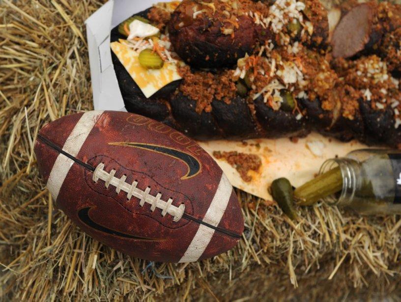 Les gars du Chien fumant et de La salle à manger ont rassemblé une bande d'amis pour fêter le Super Bowl à l'avance, dans la plus pure tradition du tailgate américain. La description des plats à venir prenait parfois l'allure d?un combat de coqs. Qui ferait la recette la plus «cochonne», la plus «American» ? Nick Hodge, chef-propriétaire des restaurants Kitchenette et Ice House, s'est ajouté  à la fête. Voici, en images, le récit d?un barbecue hivernal qui passera à l'histoire! | 2 février 2012