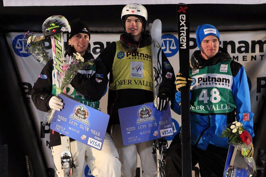 Les Québécois Mikaël Kingsbury (au centre) et Alexandre... (Photo: AP)