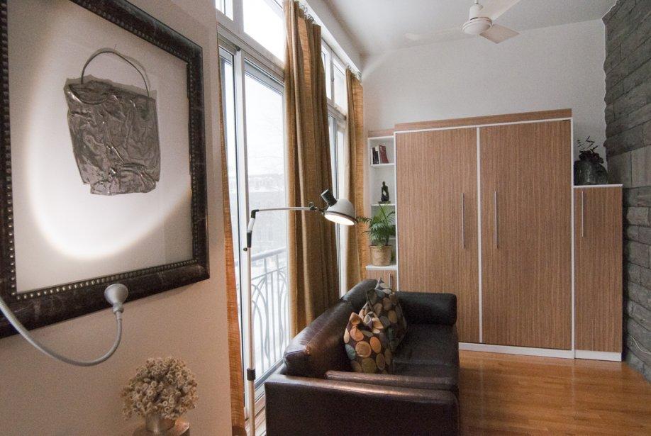 Le meuble au fond de la pièce dissimule un lit escamotable, inclus dans le prix de vente du studio. | 3 février 2012