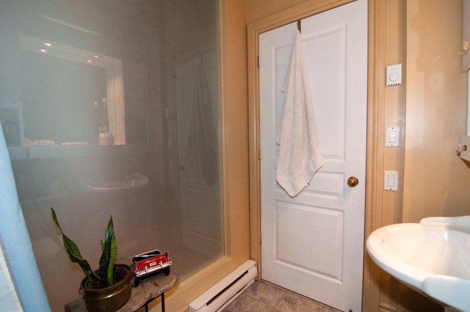 Une ouverture en plexiglass sépare la salle de bains du couloir. | 3 février 2012