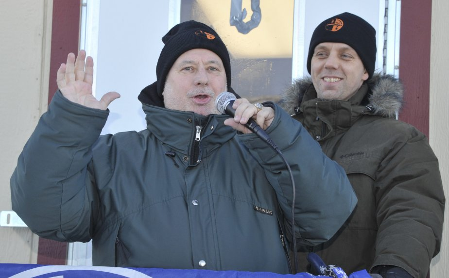 LOCK-OUT JOUR 33 (2 février) Le député néo-démocrate de Jonquière-Alma, Claude Patry, a félicité les travailleurs pour leur comportement depuis le début du conflit. | 3 février 2012