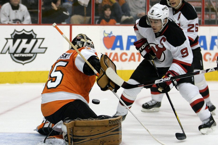 Le gardien des Flyers, Sergei Bobrovsky, tente de... (Photo: TOM MIHALEK, AP)