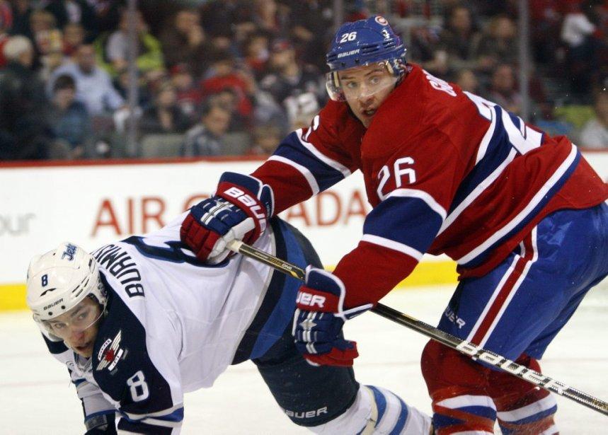Josh Gorges pousse Alexander Burmistrov lors de la deuxième période. | 5 février 2012