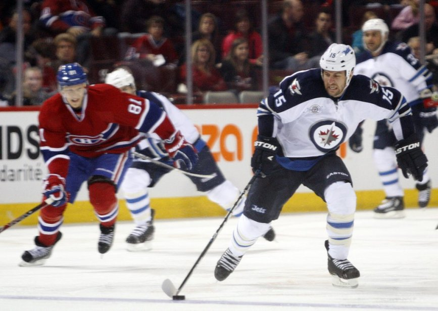 Tanner Glass tente de se pousser avec la rondelle en deuxième période. | 5 février 2012