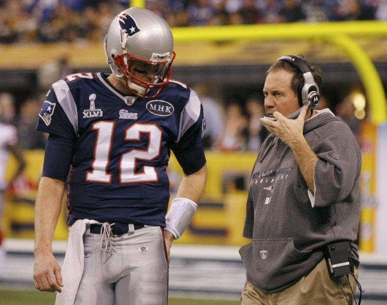 Tom Brady discute avec l'entraîneur-chef Bill Belichick. | 5 février 2012