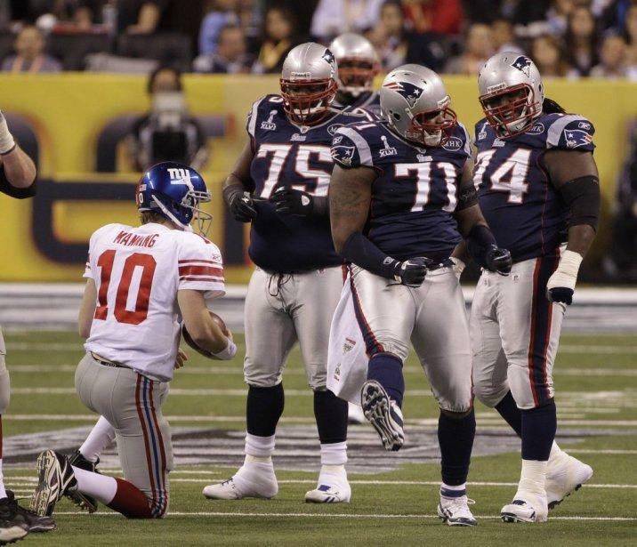 Brandon Deaderick est félicité pour son sac du quart à l'endroit d'Eli Manning. | 5 février 2012