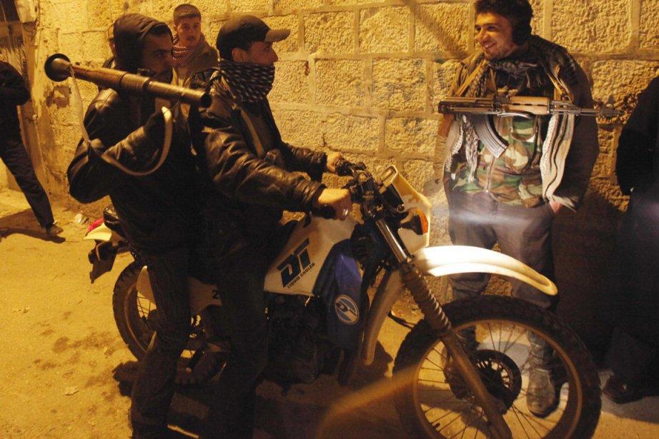 Des Syriens préparant la résistance contre le régime... (Photo Reuters)