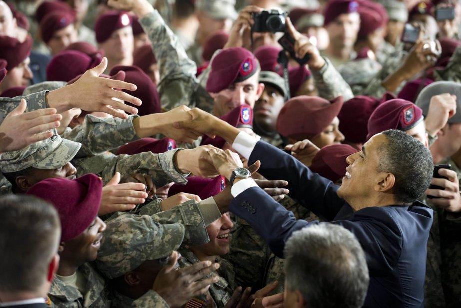 Obama sert la main à des soldats à... (Photo: Jim Watson, AFP)
