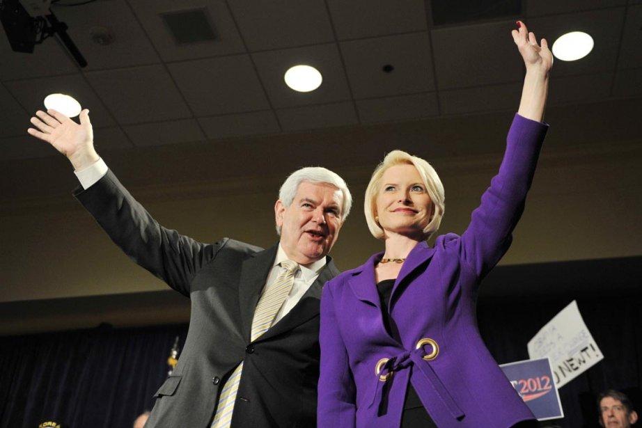 Newt Gingrich et sa conjointe Callista saluent les... (Photo: Stan Honda, AFP)