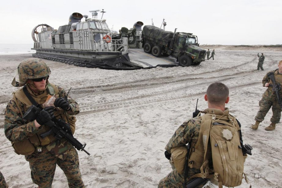 Un porte-avions, des navires de débarquement,  des... (Photo: Steve Helber, AP)