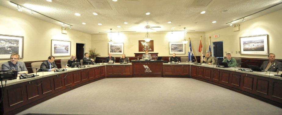 LOCK-OUT JOUR 37 (6 février) Des syndiqués sont allés à la séance du conseil municipal almatois, dans l?espoir d?obtenir l?appui officiel du maire Asselin. | 7 février 2012