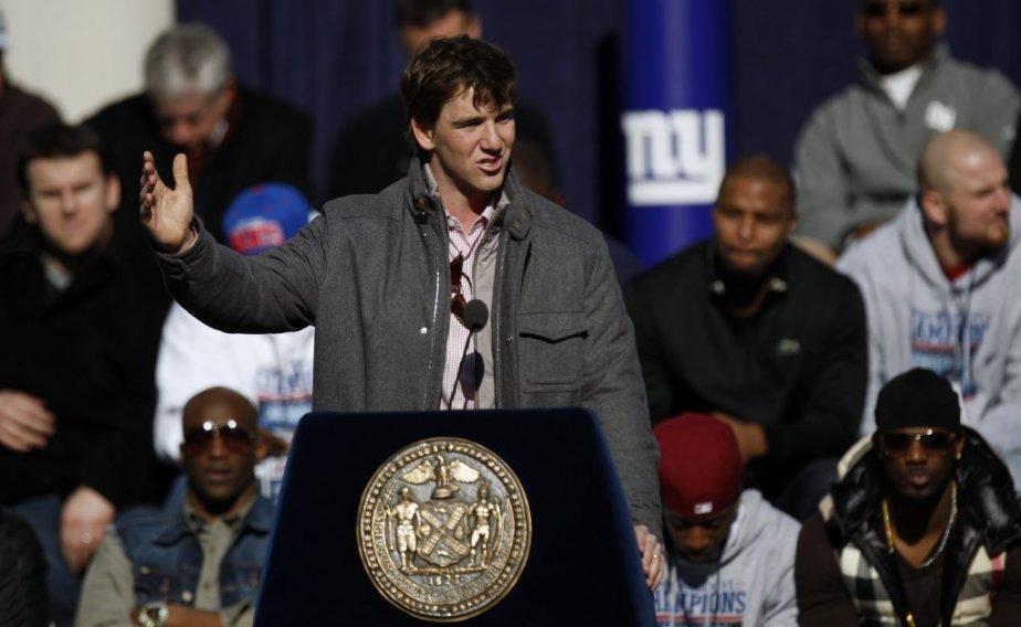 Le joueur par excellence du Super Bowl Eli Manning s'adresse à la foule. | 7 février 2012