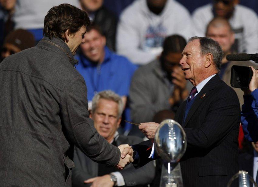 Eli Manning reçoit les clés de la ville des mains du maire de New York Michael Bloomberg. | 7 février 2012