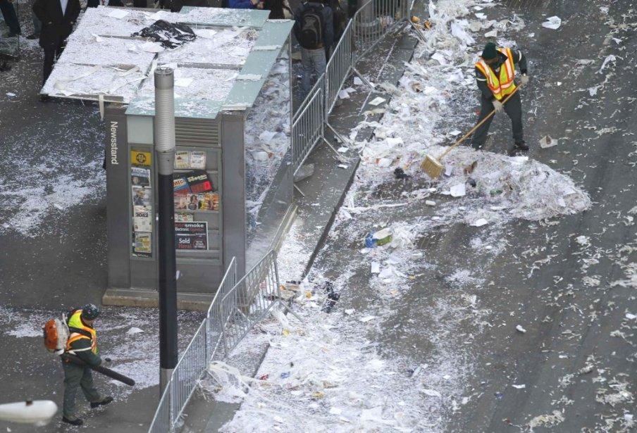 Des employés municipaux ramassent les confettis dans la rue. | 7 février 2012
