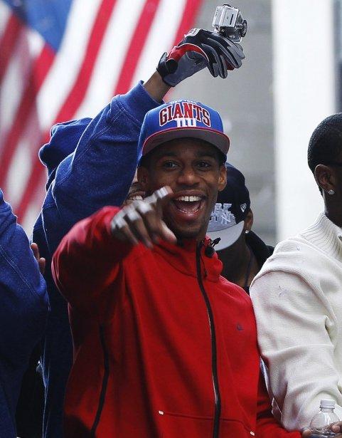 Le receveur de passes Victor Cruz célèbre sur un char allégorique. | 7 février 2012