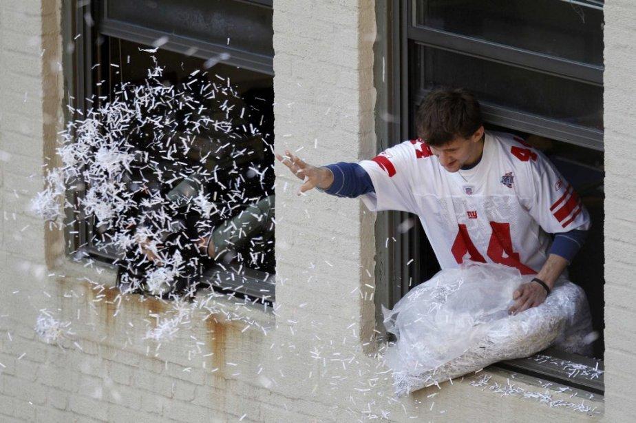 Un fan des Giants lance des confettis du haut d'une fenêtre. | 7 février 2012
