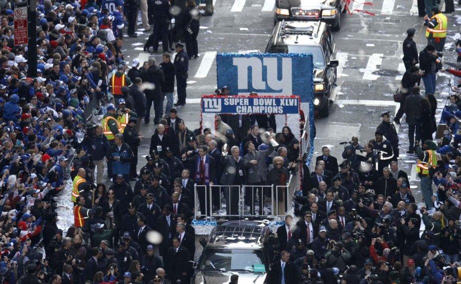 Le défilé de l'équipe a commencé à l'extrémité sud de Manhattan à Battery Park en se dirigeant lentement vers le nord, en direction de l'hôtel de ville. | 7 février 2012