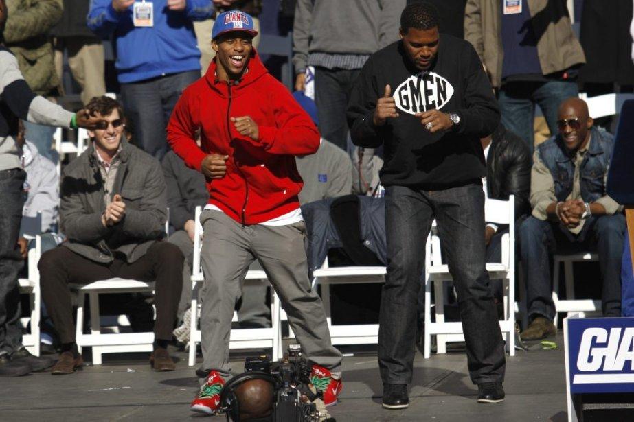 Le receveur de passes Victor Cruz danse la salsa avec l'ancien joueur des Giants Michael Strahan. | 7 février 2012