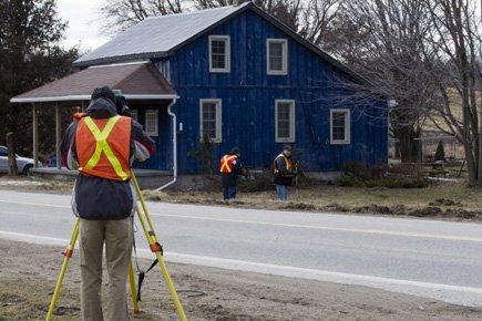 Des arpenteurs procèdent à des mesures sur le... (Photo: PC)