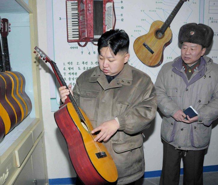 Comme son père nous avait habitué, Kim Jong-un perpétue les inspections de tous genres. Ici, le jeune leader semble être fasciné par cette guitare alors qu'il inspecte l'Unité 169 de l'Armée populaire de Corée. | 9 février 2012