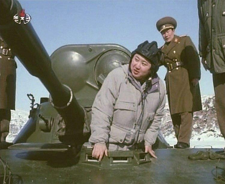 Dans ce clip diffusé par la télévision d'État nord-coréenne, Kim Jong-un «le guerrier » se place aux commandes d'un char d'assaut. | 9 février 2012